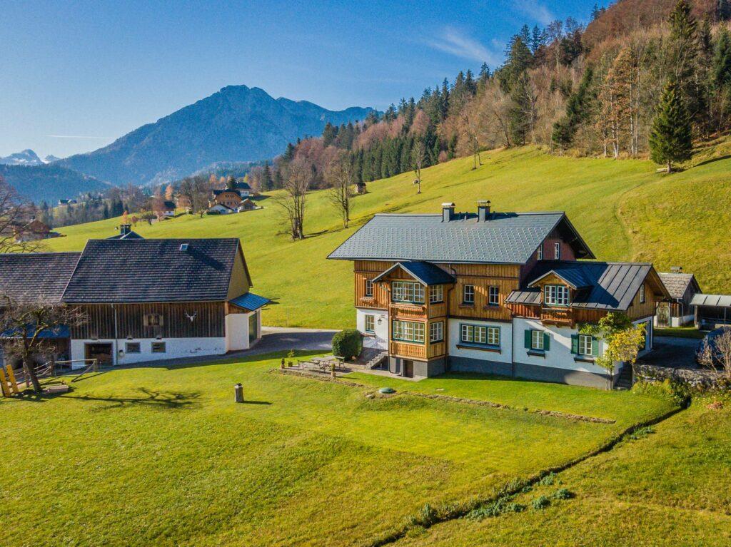 Luftaufnahme von Haus und Hof am Berghang in Altaussee.